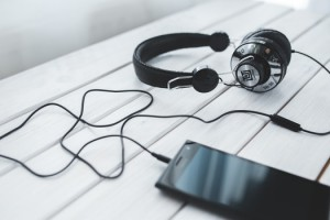 smartphone-vintage-technology-music-medium